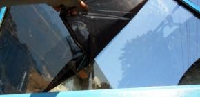 Как самостоятельно снять тонировку со стекла