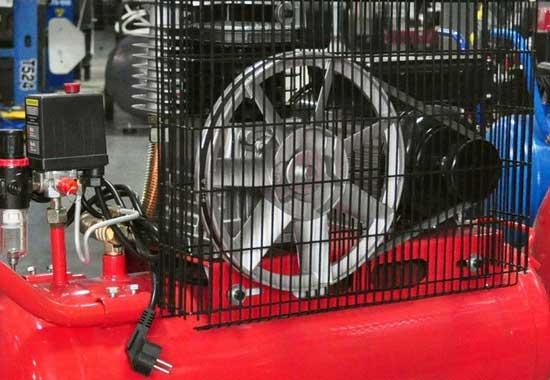 Ведомый шкив профессиональных ременных компрессоров может выполнять функцию вентилятора принудительного охлаждения, но такой агрегат нельзя держать в покрасочной, так как он будет поднимать пыль.