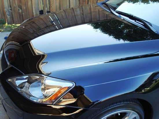 После обработки кузова жидким стеклом (полироль), автомобиль выглядит как новый, при этом родное ЛКП практически не изнашивается.