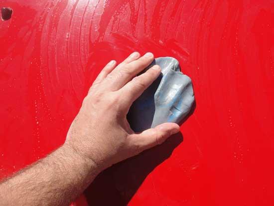 Синяя глина прекрасно очищает лакокрасочное покрытие от битума, жира и прочих загрязнений, при этом не взаимодействуя с лаком.