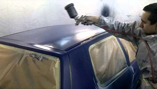 При покраске крыши шланг нужно придерживать, чтобы не коснуться им и не напортачить.