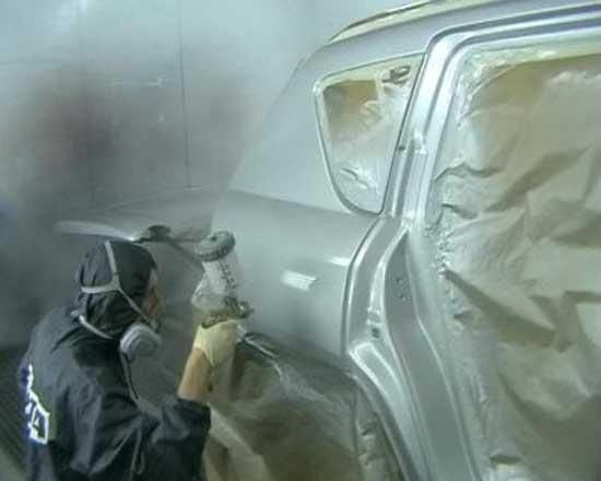В процессе покраски образуется большое количество тумана, частицы которого уже в сухом виде оседают на поверхностях кузова, поэтому этот напыл нужно снимать антистатической салфеткой.