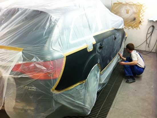 Малярный скотч не оставляет следов, поэтому отлично подходит для изоляции деталей автомобиля при покраске.