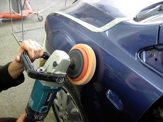 Механическая полировка убирает шагрень и прочие огрехи покраски, а также слой лака, испещренный мелкими царапинами, образовавшимися за время эксплуатации авто.
