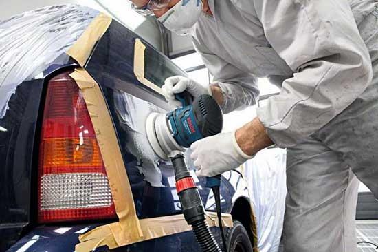 Шлифовка кузова машинкой с пылеотведением сильно ускоряет процесс и делает его безопаснее, но работать все равно лучше в респираторе.