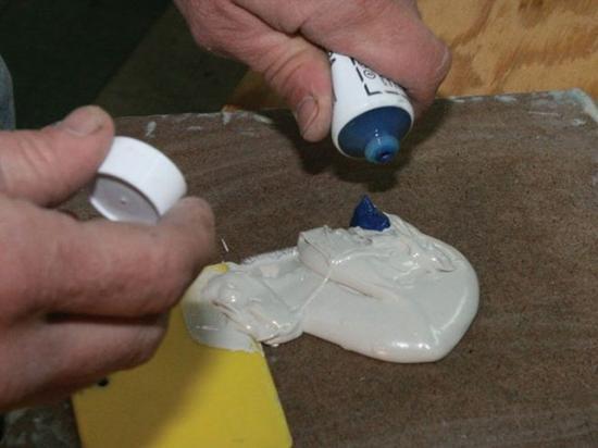 Чтобы шпаклевка не начала схватываться прямо при смешивании, не стоит добавлять слишком много отвердителя.