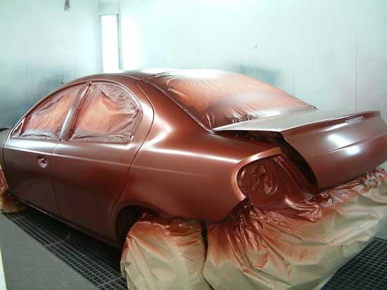 Если автомобиль перекрашивается, то для качественного результата необходимо удалить старую краску и создать новое ЛКП, начиная с нанесения грунта.