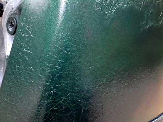 Несовместимость красок может давать эффект старой кожи, и этот эффект взяли на вооружение декораторы.