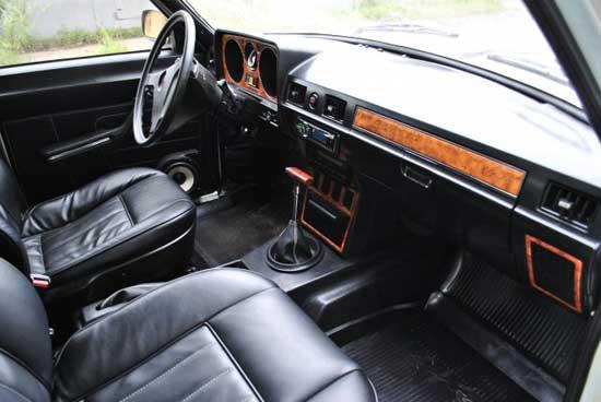 В салон ГАЗ 24 отлично становятся детали от Мерседеса, при этом понадобится минимум переделок.