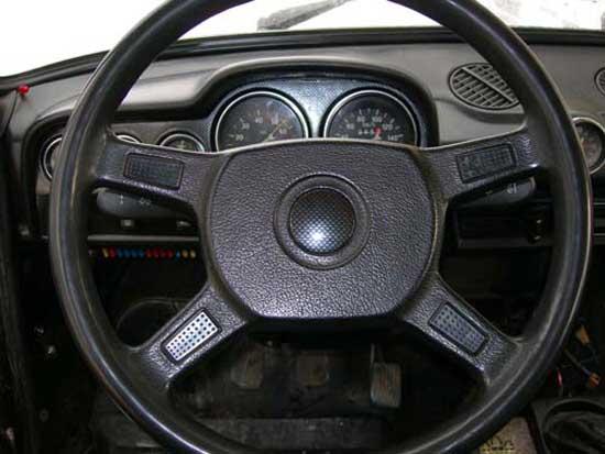 Если руль от иномарки не подходит по шлицам, то можно заказать у токаря переходник, однако прежде стоит поискать руль с аналогичными шлицами.
