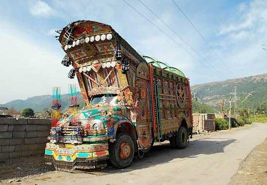 Пакистанский грузовик является образцом тюнинга по-восточному, где существует собственное понятие красоты, которому неведома аэродинамика.