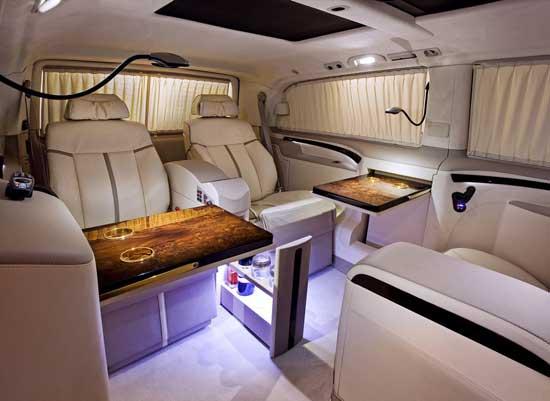 Микроавтобус с салоном бизнес-класса — это комфортное корпоративное средство передвижения с функцией офиса.