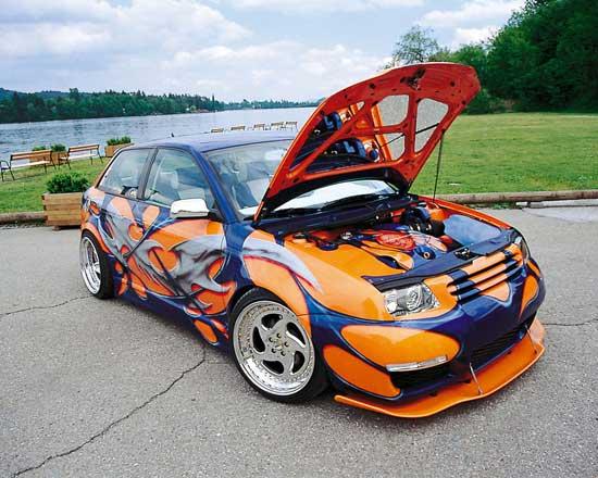 С помощью виниловой пленки можно без художника нанести любой рисунок или орнамент на кузов автомобиля.