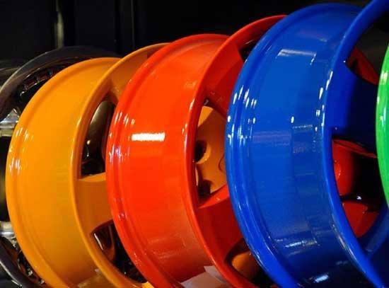 При желании можно приобрести и новые колесные диски, но покрасив старые самостоятельно, можно сэкономить круглую сумму.