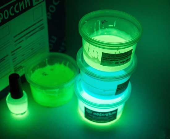 Люминофорные краски с наибольшей светоотдачей обладают зеленым или голубым свечением и такие же цвета они имеют при внешнем освещении.