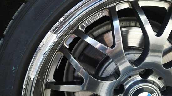 Покраска колесных дисков в хром, способы которой мы дальше рассмотрим, украшает автомобиль и отлично подходит отполированному кузову...