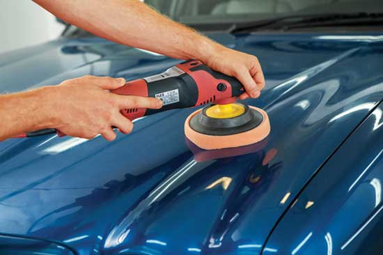 При абразивной полировке кузова автомобиля удаляется поверхностный слой лака, поэтому применять ее нужно очень аккуратно...