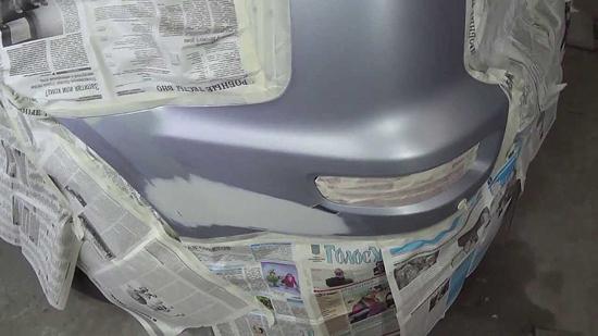При локальной покраске бампера окружающие детали лучше изолировать, но не стоит накрывать всю машину, поскольку краска из узкого факела не разлетается далеко.