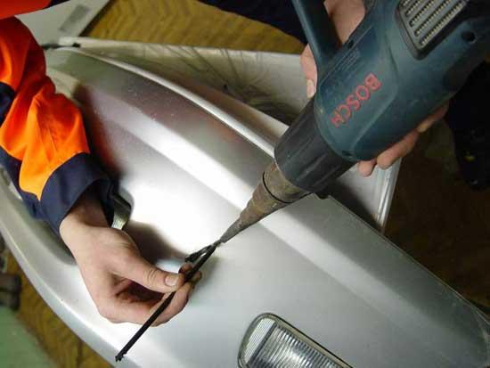 Наиболее аккуратная и в то же время надежная пайка выполняется при помощи пластикового припоя и технического фена.