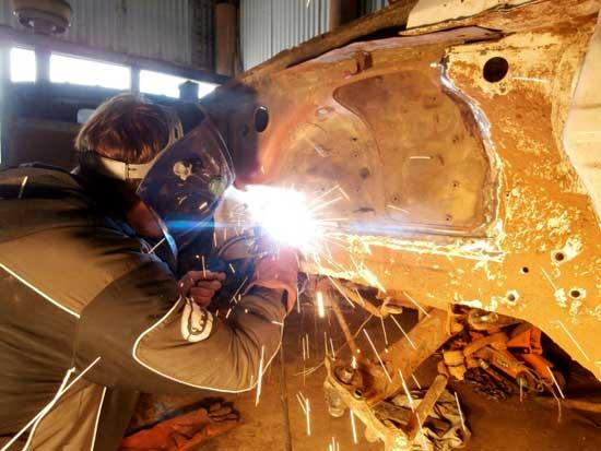 Без сварки невозможно обойтись при устранения серьезных дефектов кузова автомобиля, однако какое сварочное оборудование предпочесть?..