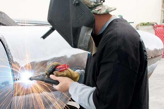Полуавтоматы с возможностью сварки в среде инертного газа незаменимы при ремонте алюминиевых кузовов.