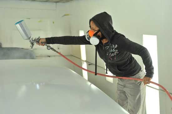 Наносить краску на капот нужно несколькими слоями, каждый из которых должен подсохнуть 10-15 минут