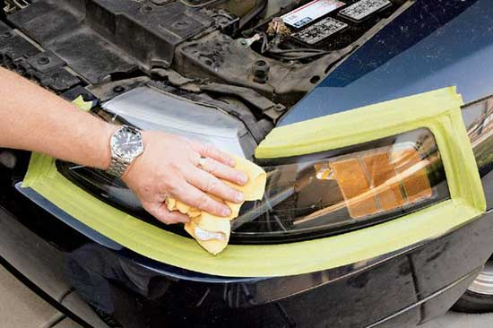 Пластик намного мягче минерального стекла, и за неимением полировальной машинки работу можно выполнить вручную.