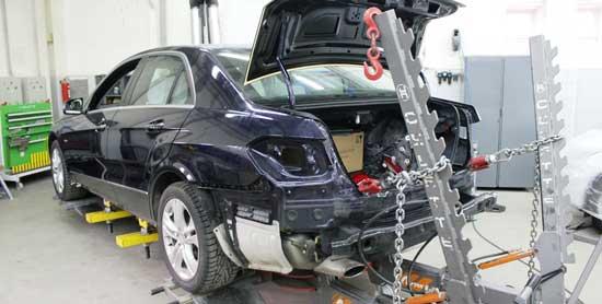 Геометерия кузова автомобиля восстанавливается на специальном стенде путем вытягивания