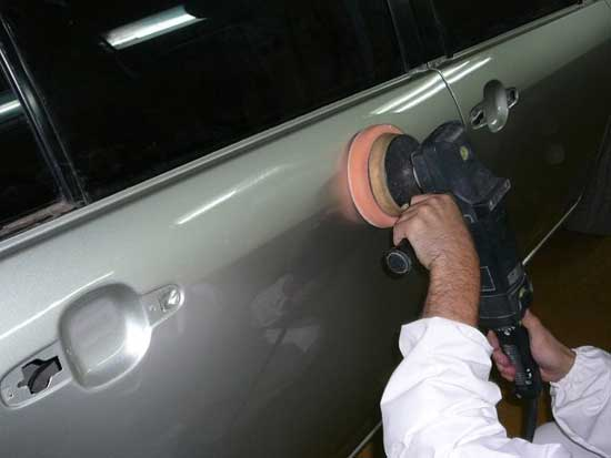 Поверхностные повреждения могут быть заполированы машинкой или вручную