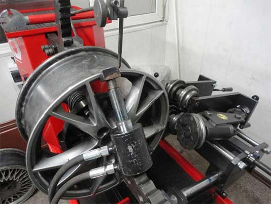 Литые колесные диски можно выправить путем рихтовки на специальных станках...