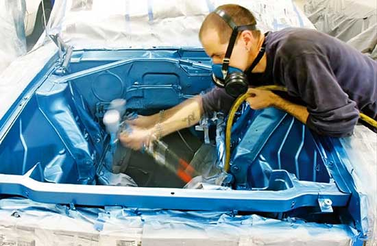 Выполнить покраску поверхностей под капотом автомобиля не так уж и сложно, если правильно соблюдать технологию...