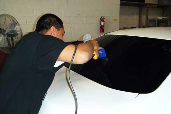 Технический фен помогает придать пленке форму выпуклого стекла