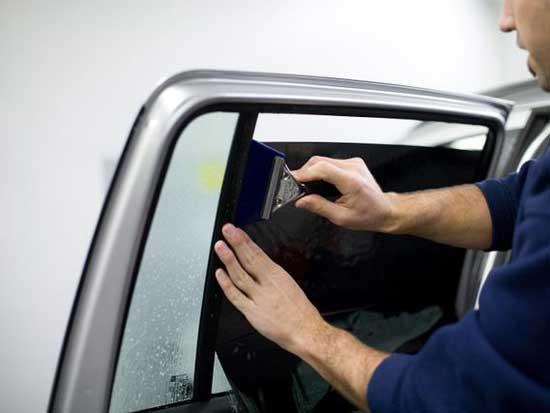 Специальные выгонки позволяют разравнивать складки и избавляться от пузырей под тонировкой
