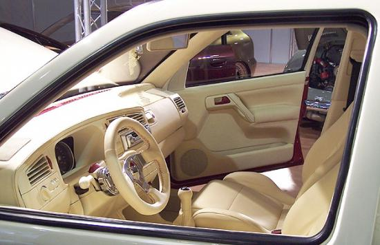 Светлая кожа как нельзя лучше освежает салон автомобиля