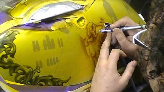 С помощью аэрографии можно нанести рисунок самостоятельно, но нужно уметь рисовать