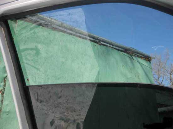 При опущенном затемненном стекле автомобиль может выглядеть, как с завода