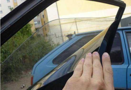 Затемняющую силиконовую пленку можно клеить, не снимая стекол