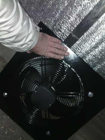 Вытяжной вентилятор обеспечит принудительны отвод воздуха из покрасочной камеры, но при этом нужно позаботится и о достаточном притоке.