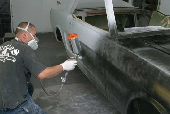 Сделать своими руками можно многое, и покраска автомобиля — не самое сложное из этого, однако все начинается с теории, и дальше познакомимся с основными этапами создания ЛКП.