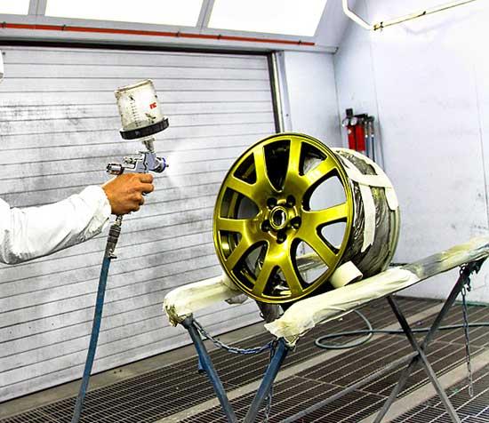 Для самостоятельной покраски автомобильных дисков достаточно иметь недорогое оборудование, а иногда можно обойтись и без него, о чем можно узнать далее.