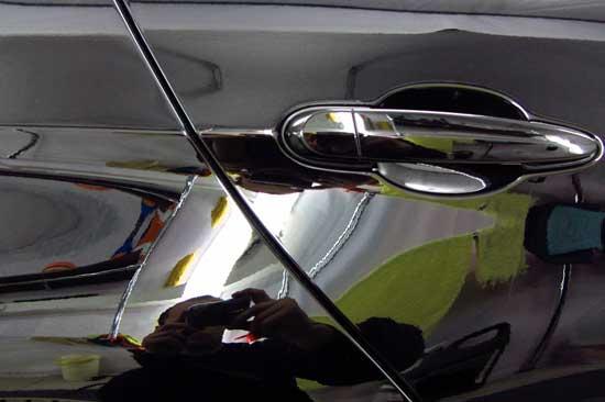 Чем тверже лакокрасочное покрытие автомобиля, тем сложнее оно поддается полировке, поэтому при выборе материалов всегда приходится выбирать между износоустойчивостью и возможностью легко избавиться от царапин.