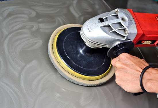 Абразивные пасты помогают наиболее быстро и эффективно навести глянец, при этом лучше использовать специальную машинку с возможностью регулировки оборотов.