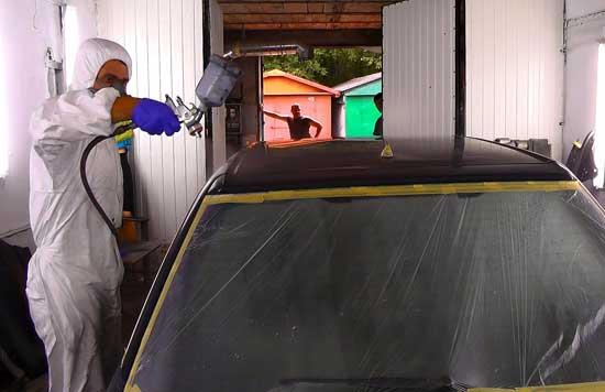 Для качественной покраски крыши необходимо правильно подготовить ее поверхность и защитить кузов автомобиля. и дальше узнаем об особенностях этих мероприятий.