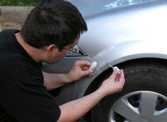 На кузове автомобиля появляются сколы от гравия, которые можно покрасить локально, не ремонтируя всю деталь, и дальше узнаем, как это делается.