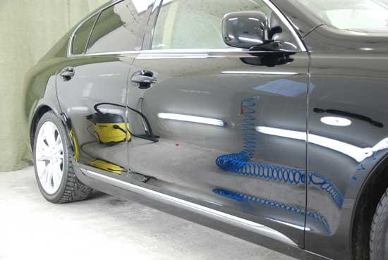После защитной полировки лакокрасочного покрытия, кузов автомобиля становится менее уязвимым к абразиву, однако и в этом деле есть свои тонкости, о которых узнаем далее.