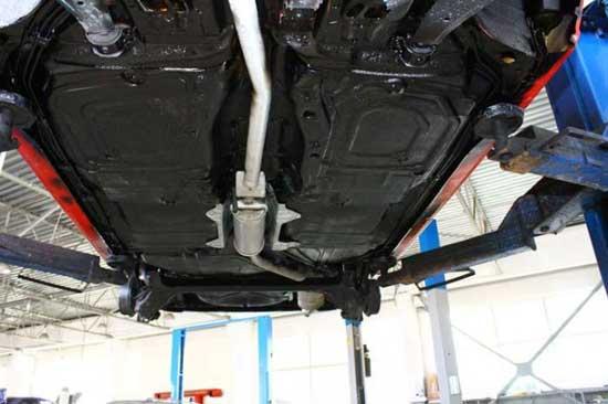Защитную обработку днища автомобиля лучше произвести до покраски кузова, особенно если это делается при помощи напыления.
