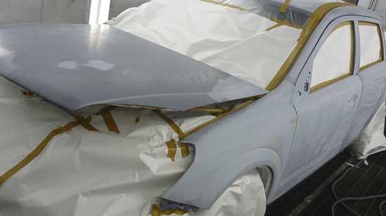 Залог качественного ЛКП — отсутствие малейших изъянов на кузове, что достигается использованием финишной шпаклевки и тщательной замывкой грунта.
