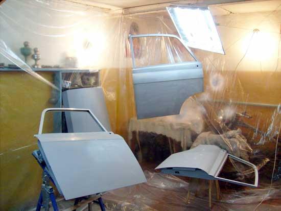 Условия для покраски авто, приближенные к идеальным, можно создать и в обычном гараже, для чего понадобится всего лишь недорогая полиэтиленовая пленка.