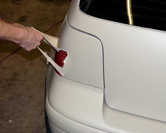 Жидкая резина Пласти Дип после полимеризации приобретает матовую фактуру, при этом легко снимается, если потянуть за край пленки.