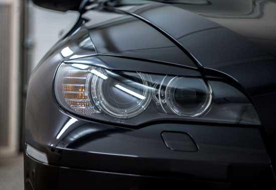 Сделать взгляд автомобиля более суровым с помощью ресничек — проще простого, и при этом затраты минимальны.